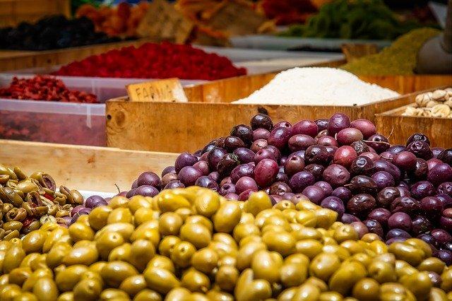 Španělské olivy by neměly rozhodně na silvestrovskou párty chybět